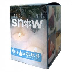 Instant snö, pulver blandas m vatten och blir våt snö