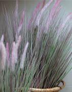 Konstgräs i krukor och buntar